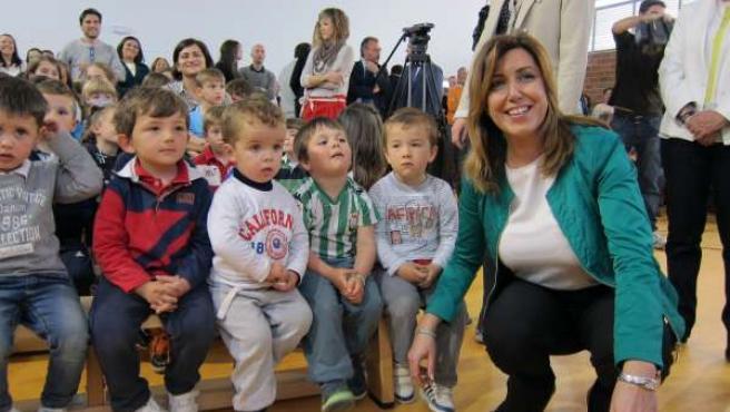 La presidenta posa con alumnos de Primaria del nuevo colegio