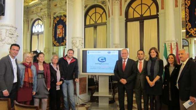 De la Torre, junto con otros miembros de la corporación municipal