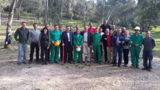Zurera y el alcalde con trabajadores beneficiarios del Plan de Choque