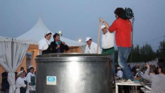 Imagen del cocido más grande del mundo en Jabugo (Huelva).