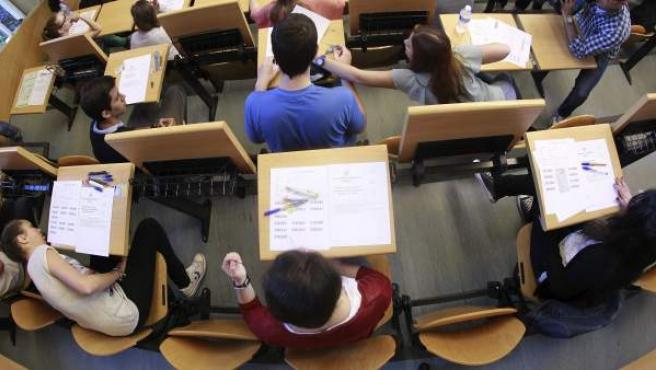 Varios jóvenes, en una de las aulas de la Facultad de Odontología de la Universidad Complutense de Madrid.