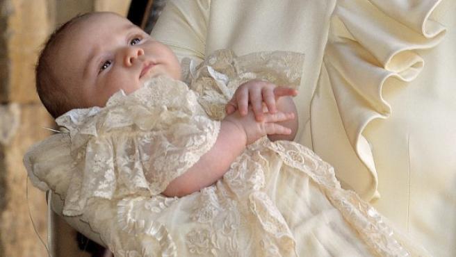 El príncipe Jorge de Cambridge, de 3 meses, descansa en los brazos de su madre antes de su bautizo en la capilla real del Palacio de St. James.