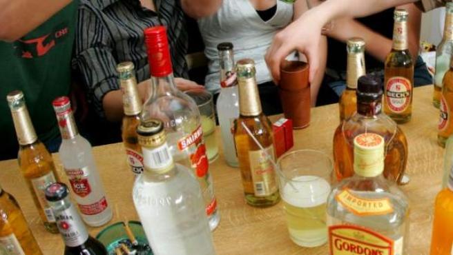 Imagen de archivo de varias botellas con alcohol durante un botellón.