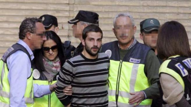 """Miguel Carcaño, a su llegada al Hospital Miguel Servet de Zaragoza custodiado por la Policía para someterse al """"test de la verdad""""."""