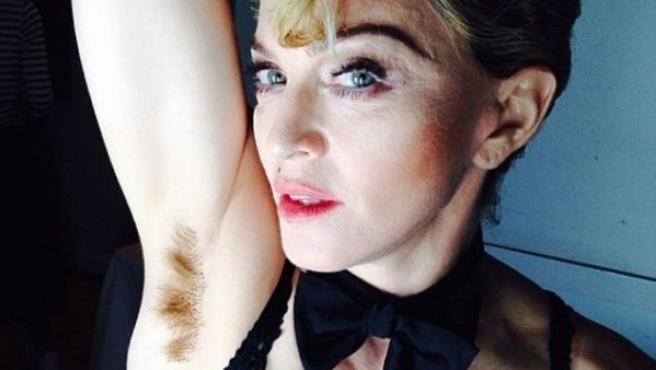 Madonna muestra orgullosa sus axilas sin depilar.