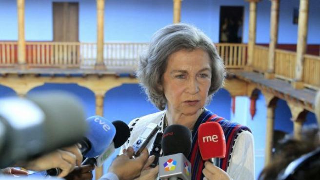 La reina, en Guatemala, donde ha recibido la noticia del empeoramiento de la salud de Suárez.