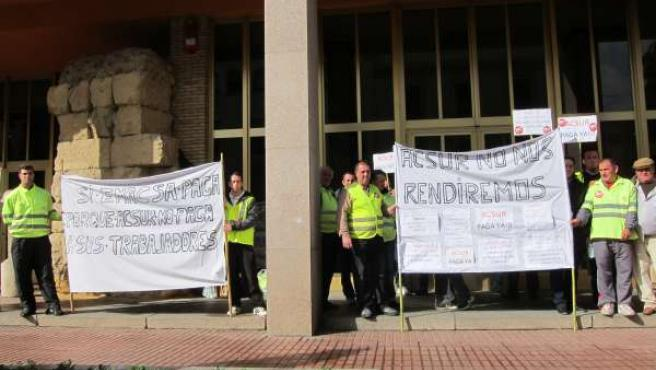 Los trabajadores de Acsur concentrados ante el Ayuntamiento en marzo de 2013