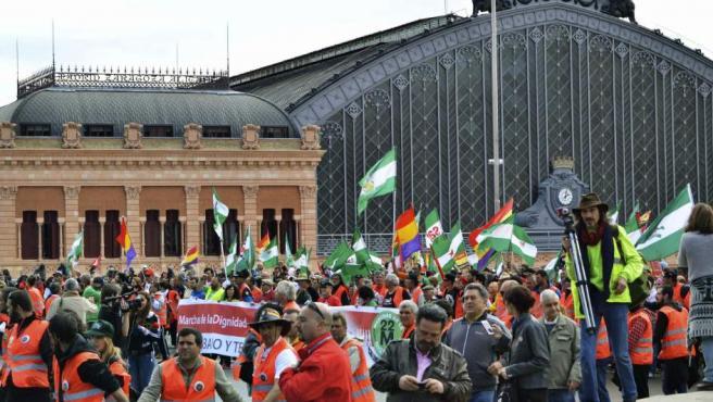"""Miles de personas concentradas en las inmediaciones de la plaza de Atocha, en Madrid, antes de comenzar la manifestación entre Atocha y Colón en el marco de las """"Marchas de la Dignidad""""."""
