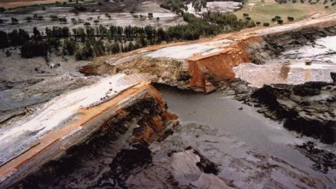 En la imagen de archivo de abril de 1998, vista aerea de la rotura de la balsa que provocó el vertido de la empresa Bolidén-Apirsa,que explota la Mina de Aznalcóllar (Sevilla).