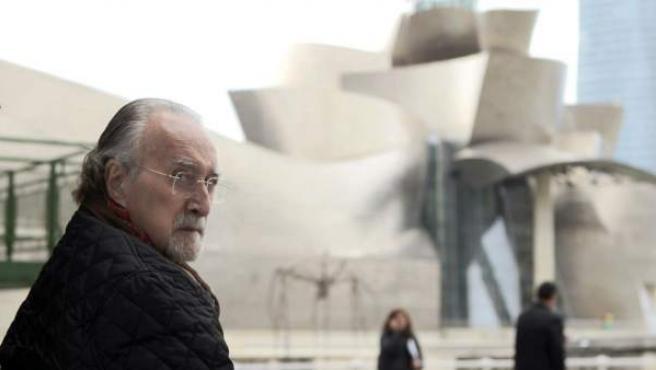 Imagen de enero de este año de Iñaki Azkuna, alcalde de Bilbao, ante el museo Guggenheim.