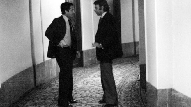 El presidente del Gobierno Adolfo Suárez y Felipe González en los pasillos del congreso de los Diputados, en una fotografía de los años 70.
