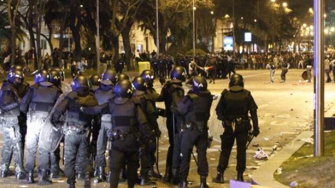 La Policía se enfrentó a manifestantes que lanzaron palos, piedras y otros objetos.