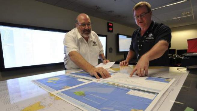 Responsables australianos de la operación de rescate del avión malasio realizan estudios sobre un mapa.