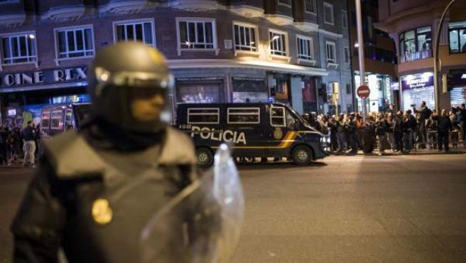 Efectivos policiales intervienen contra un grupo de manifestantes que marchaba por la Gran Vía madrileña hacia la Plaza de España tras la concentración que ha tenido lugar Sol para pedir la libertad de los detenidos tras los disturbios que siguieron a las Marchas de la Dignidad en Madrid.
