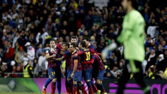 Los jugadores del Barça celebran su victoria ante el Real Madrid en el Bernabéu.