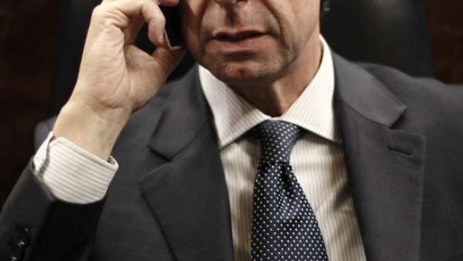 José Manuel Soria, hablando por teléfono