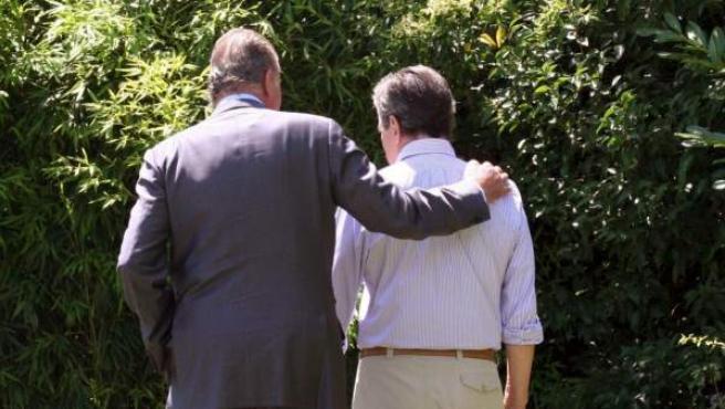 El rey Juan Carlos pasea con Adolfo Suárez, primer presidente de la democracia que hizo posible la transición en España.