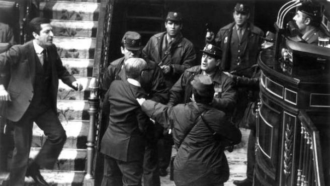 El ex vicepresidente y teniente general Gutiérrez Mellado es zarandeado por un grupo de guardias civiles, en presencia del ex teniente coronel Tejero (d), mientras el ex presidente Adolfo Suárez (i) intenta socorrerle durante los momentos más tensos del golpe de Estado del 23-F que puso en peligro la incipiente democracia en España.