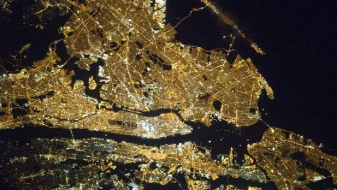 Imagen distribuida por la NASA que muestra una fotografía de la ciudad de Nueva York tomada por uno de los miembros de la Expedición 35 a bordo de la Estación Espacial Internacional. Manhattan se encuentra en la franja horizontal desde la izquierda hasta el centro de la fotografía y Central Park está situado en la izquierda de esa franja.