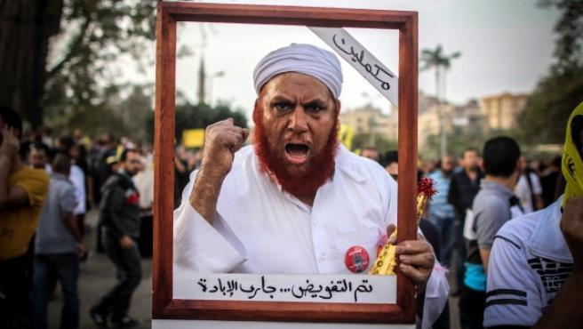 Un partidario de los Hermanos Musulmanes participa en una protesta cerca del Palacio Koubbeh de El Cairo.