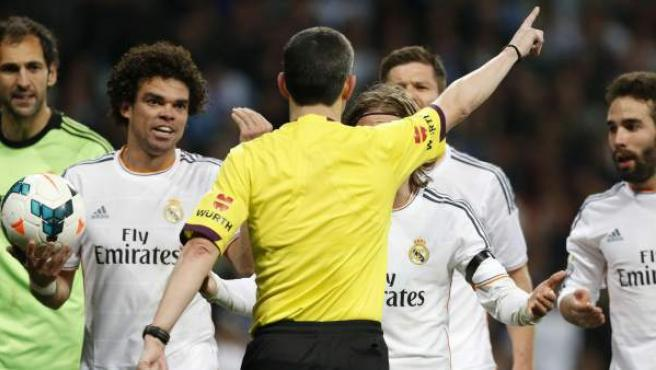 Los jugadores del Madrid protestan a Undiano Mallenco tras pitar un penalti a favor del Barça.