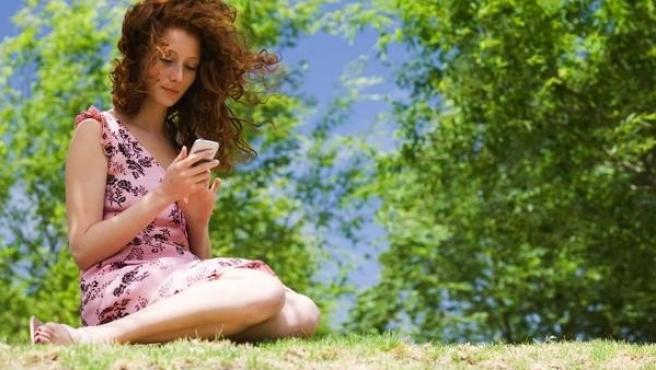 Mujer usando su móvil.