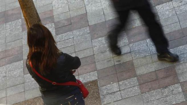 Una prostituta ejerce en la vía pública.