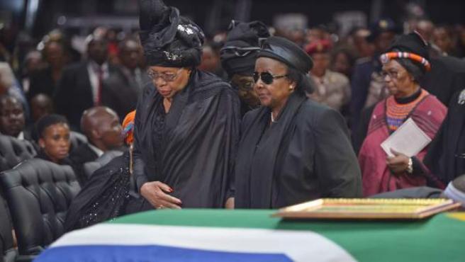 Graça Machel (izquierda), viuda de Nelson Mandela, al llegar al funeral de su marido.