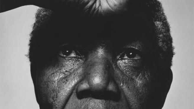 Nelson Mandela retratado en 1990 por Hans Gedda, uno de los retratos de la exposición