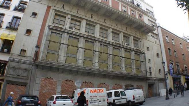 Fachada del teatro Albéniz de Madrid, con los soportales tapiados.