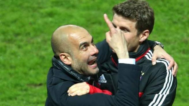 Pep Guardiola y Thomas Muller celebran el título de la Bundesliga del Bayern.