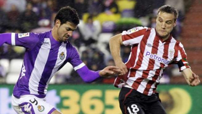 Javi Guerra presionado por Carlos Gurpegi en el Valladolid - Athletic