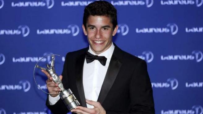 """El campeón mundial de MotoGP, el español Marc Márquez, posa ante las cámaras con su galardón al deportista """"Revelación del año"""" en la ceremonia de los Premios Laureus del deporte."""