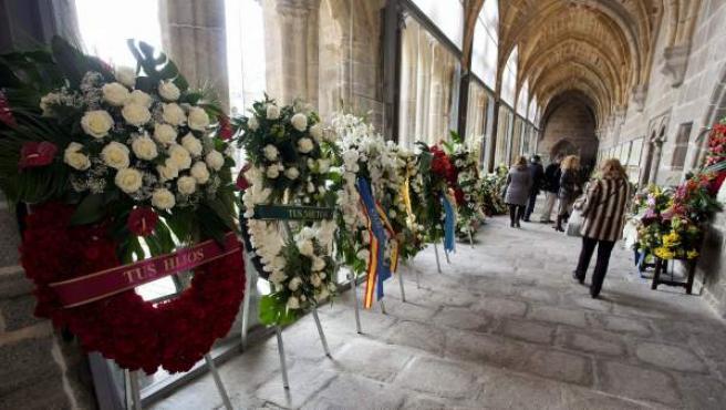 Coronas de flores en el claustro de la Catedral de Ávila, donde descansan los restos del expresidente del Gobierno, Adolfo Suárez, y su esposa Amparo Illana.