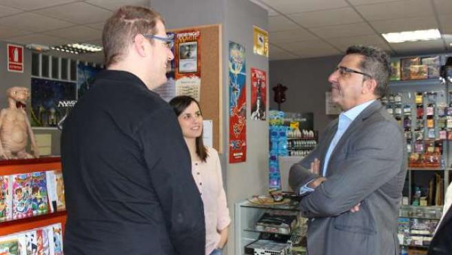 Gutiérrez Limones conversa en la tienda 7 Reinos con sus propietarios.