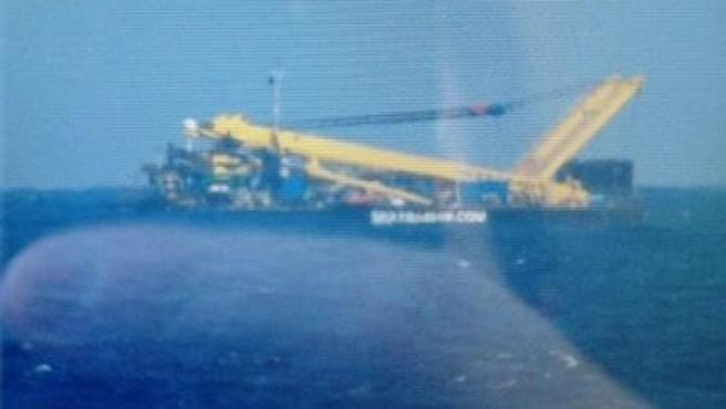 Imagen del 'avión' que provocó la alarma en Canarias. En realidad se trata de un remolcador.