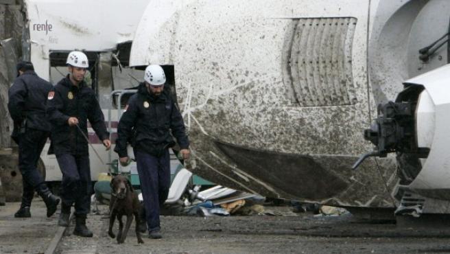 Agentes de la Policía analizan los restos del tren Alvia accidentado en Santiago de Compostela en julio de 2013.