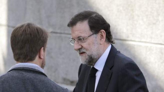 El presidente del Gobierno, Mariano Rajoy, a su llegada al Tanatorio de San Mauro de Pontevedra, para asistir al velatorio de su hermano Luis Rajoy.