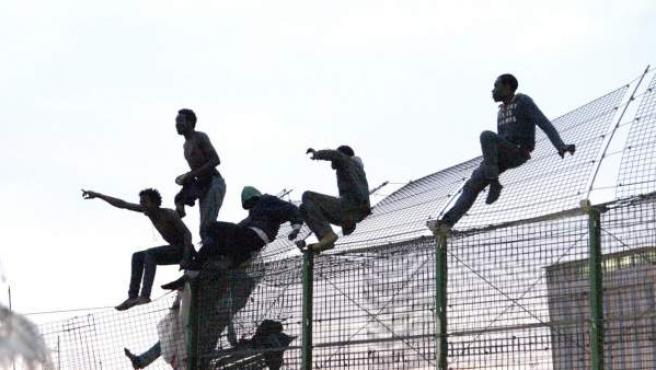 Varios inmigrantes de origen subsahariano intentan entrar a Melillla saltando la valla.