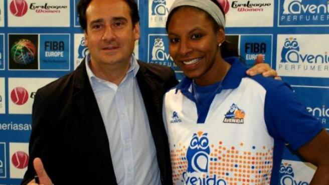 Shay Murphy posa con el presidente del Perfumerías Avenida Jorge Recio.