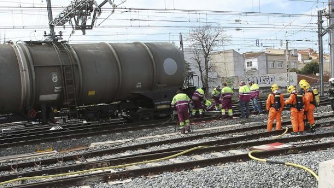 Un tren ha tenido un incidente a la salida de la estación ferroviaria de Alcázar de San Juan y han descarrilado dos de sus vagones que transportaban mercancía peligrosa.