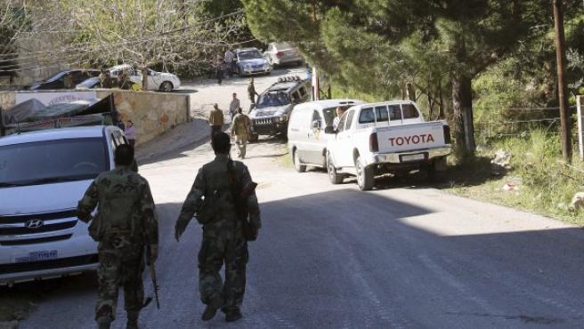 Varios soldados sirios mantienen su posición ante las fuerzas rebeldes a las afueras de la ciudad costera de Latakia (Siria).
