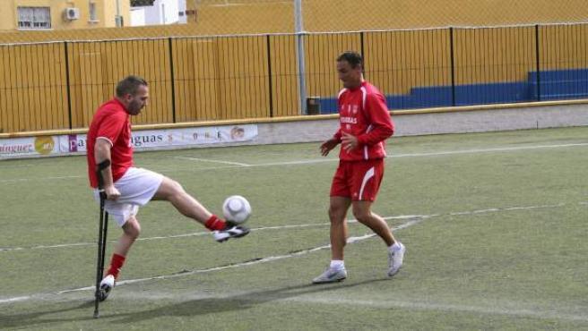 José Enrique Corrales Bellido (i), más conocido como 'Kike', entrenando en Ceuta con la ayuda de sus muletas.