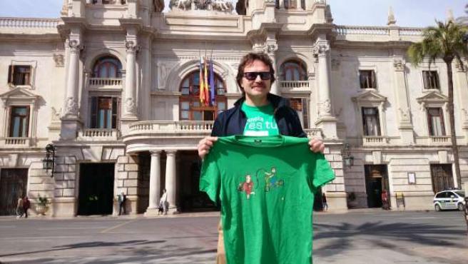 Giuseppe Grezzi con la camiseta frente al Ayuntamiento