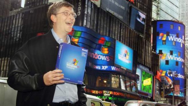 Una imagen de 2001 en la que se puede ver a Bill Gates promocionando Windows XP.