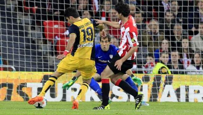 Diego Costa chuta para marcar ante el Athletic en San Mamés.