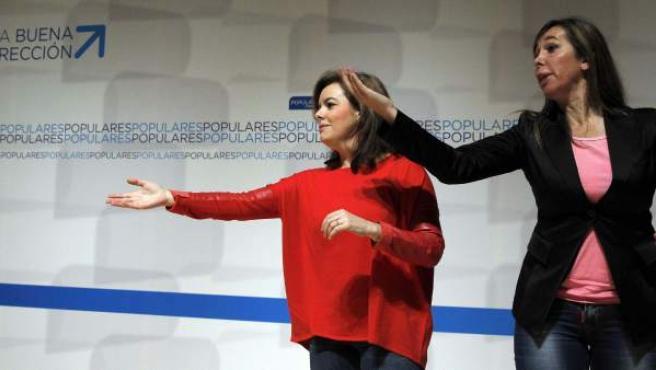 La vicepresidenta del Gobierno, Soraya Sáenz de Santamaría (i), y la líder del PPC, Alicia Sánchez-Camacho, durante la clausura de la convención programática del partido para las elecciones europeas que se ha celebrado en Barcelona.