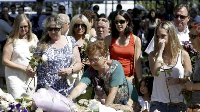 Afectados por la tragedia del avión de Spanair que se estrelló en el aeropuerto madrileño de Barajas y causó 154 víctimas mortales, accidente del que se cumplen cinco años, durante la ofrenda floral al pie del olivo situado en los jardines de la Terminal 2 del aeropuerto de Barajas, dentro de los actos de homenaje a las víctimas que se celebran.