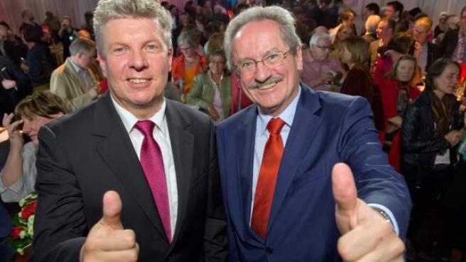 Dieter Reiter (izda) y Christian Ude (dcha) celebrando su victoria en las elecciones a la alcaldía de Múnich.