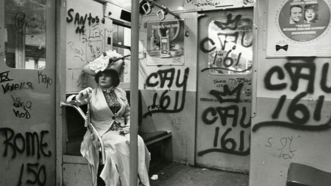 Ediita Sherman, la musa de Bill Cunningham, retratada por éste en un vagón de metro en 1972